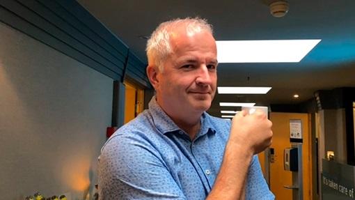 Lars Martin Lund fra ItumX smiler lurt til kamera mens han holder en kaffekopp i hånden.