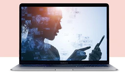 En kvinne peker på en mobil med en rekke UX-ikoner over seg.