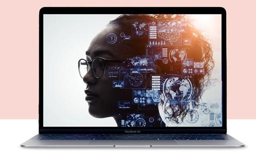 En laptop viser et nærbilde av en kvinne med ulike illustrasjoner av teknologi over.