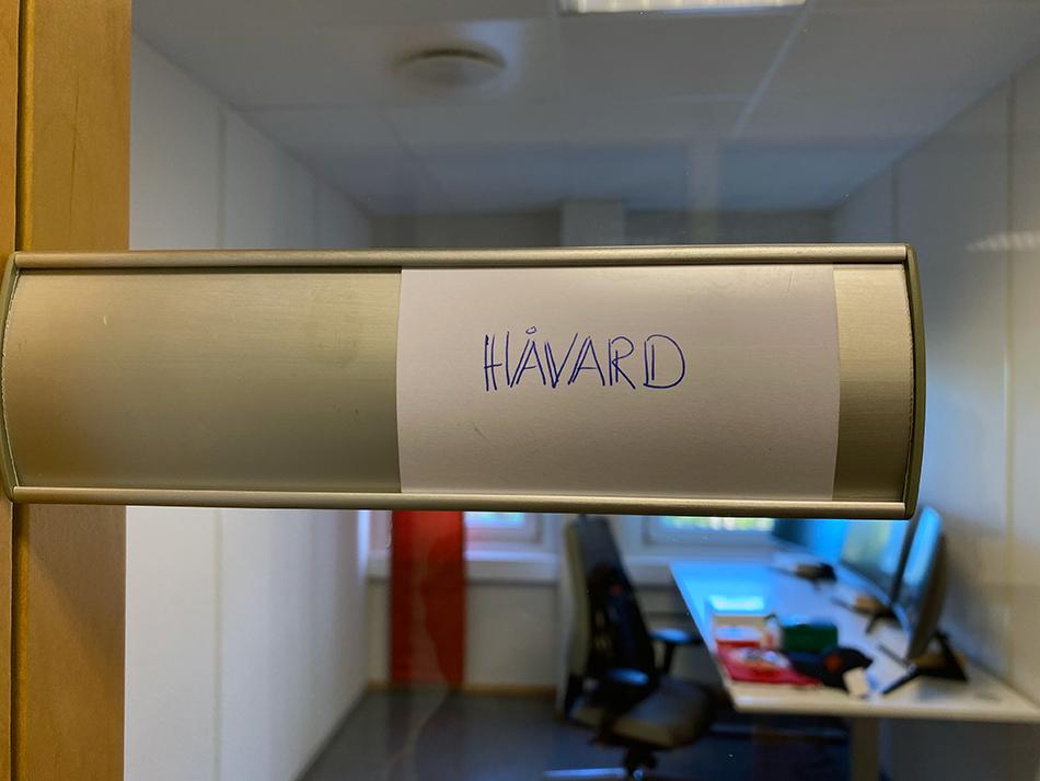 Bilde av navnelapp utenfor kontor. Foto